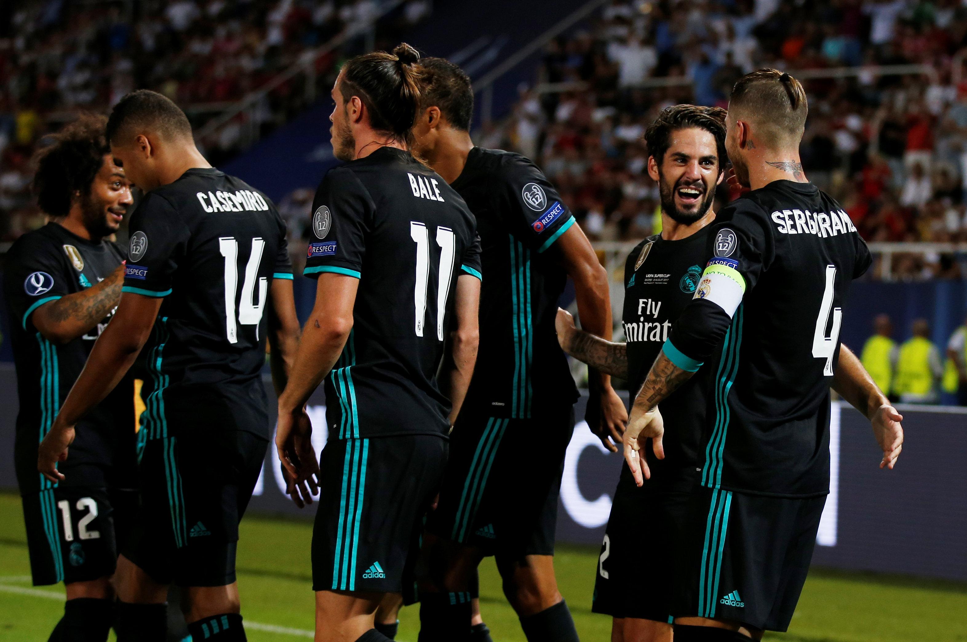 إيسكو يحتفل مع لاعبى ريال مدريد