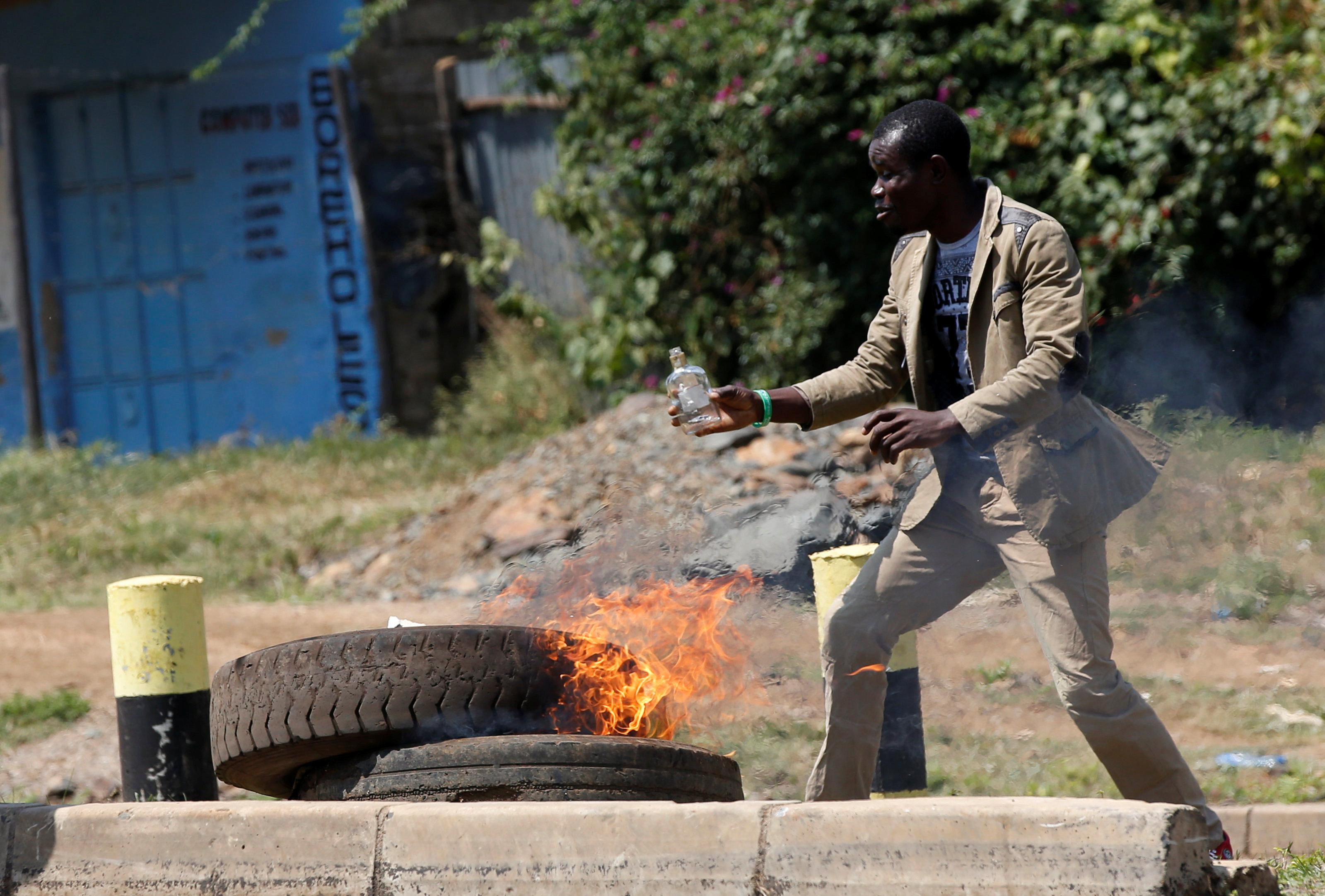 أحد أنصار اودينجا يشعل النيران فى إطارات السيارات