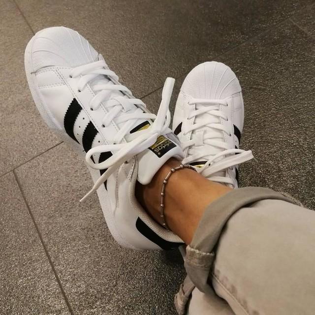 الحذاء البيض
