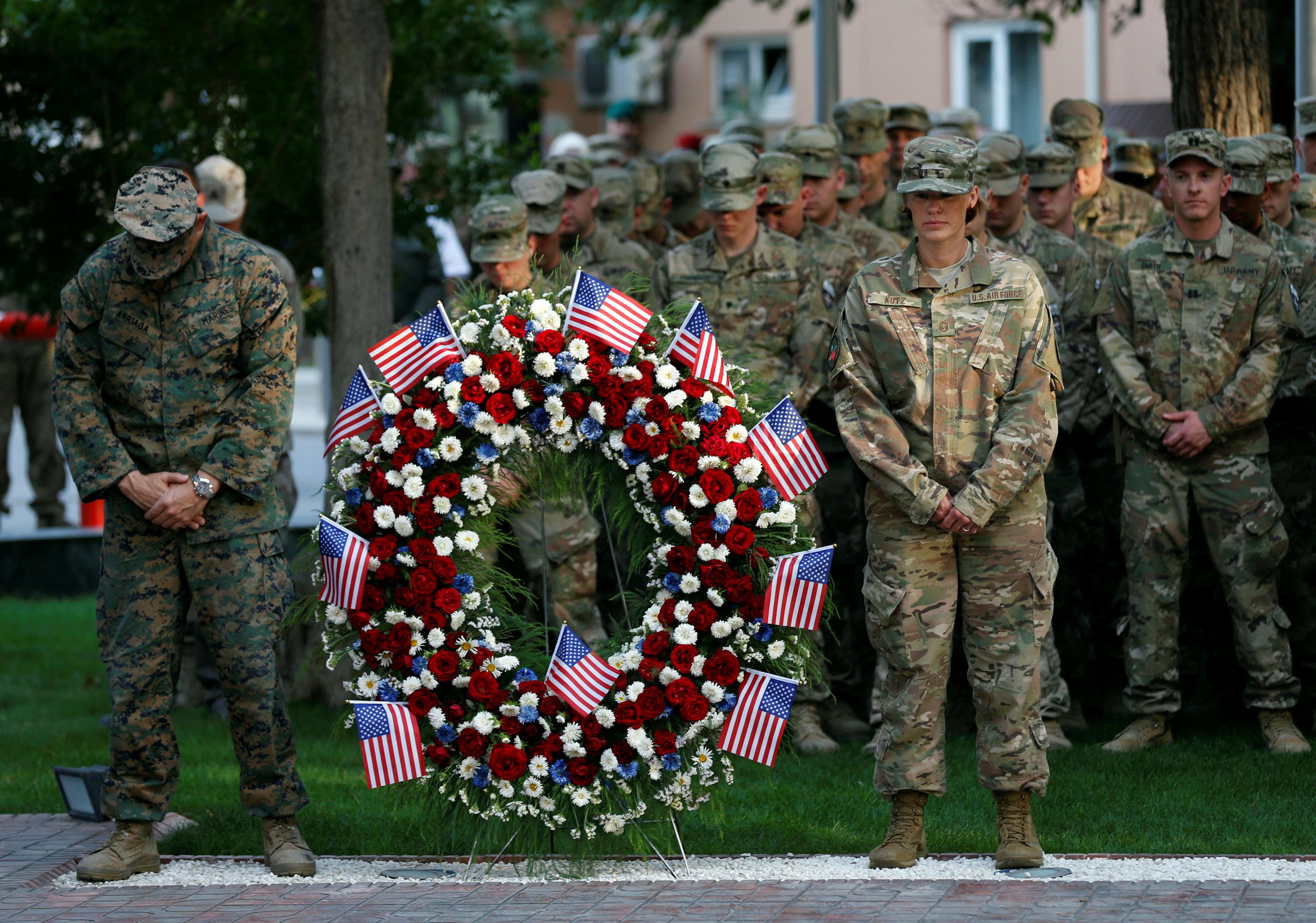 الجيش الأمريكى ووضع اكاليل الزهور