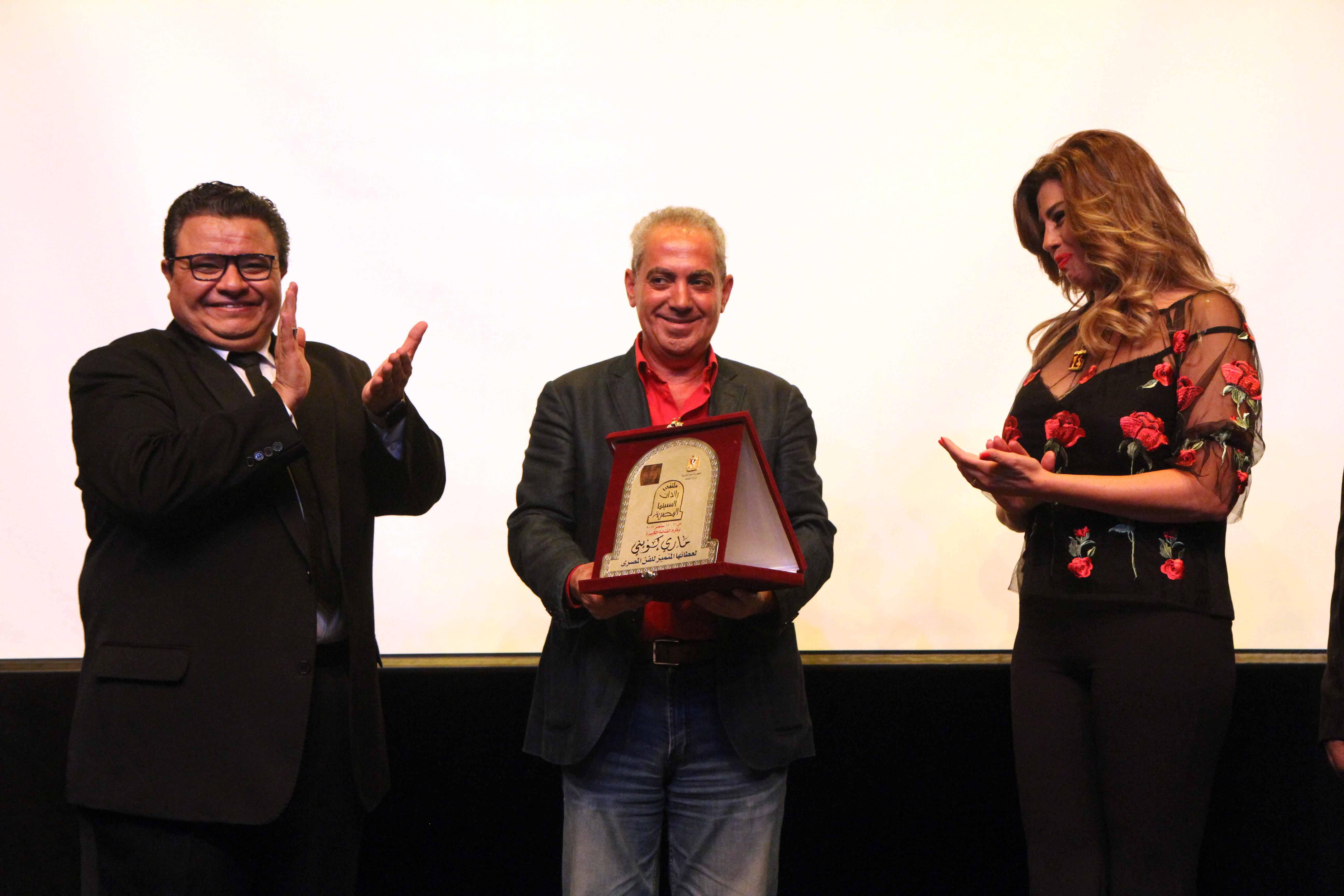 الامير اباظة رئيس مهرجان الاسكندرية يتسلم درع الفنانة ماري كويني