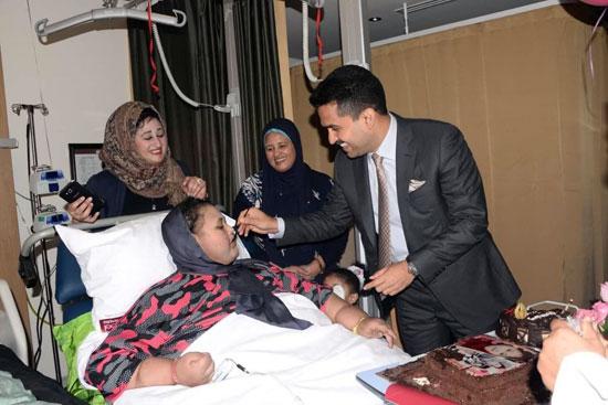 أسمن فتاة بالعالم تحتفل بعيد ميلادها الـ25 فى مستشفى بأبوظبى (1)