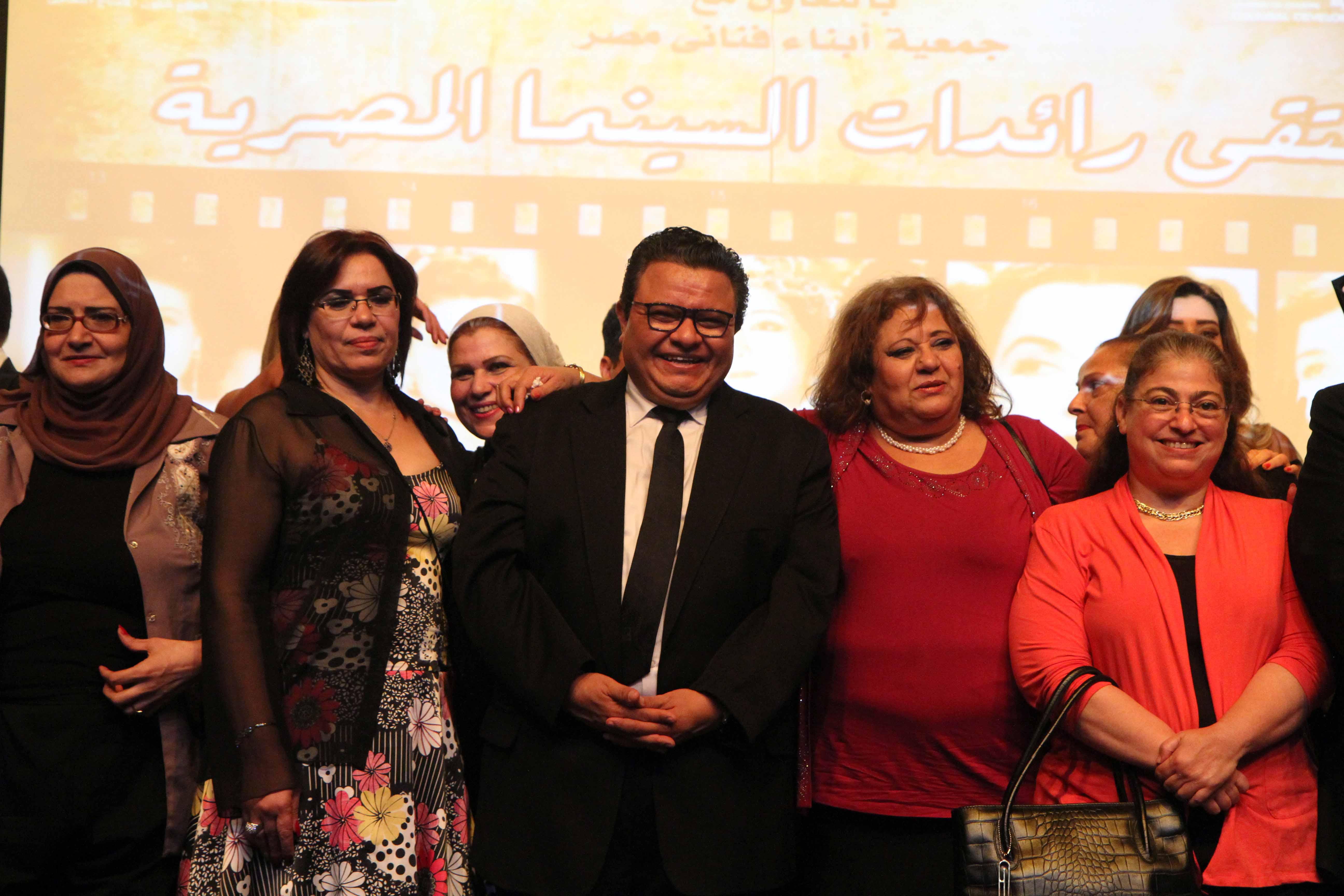المخرج خالد جلال في افتتاح ملتقي رائدات السينما المصرية مع اعضاء جمعية ابناء فناني مصر سمية عبدالمنعم ابراهيم وايمان محمد شوقي