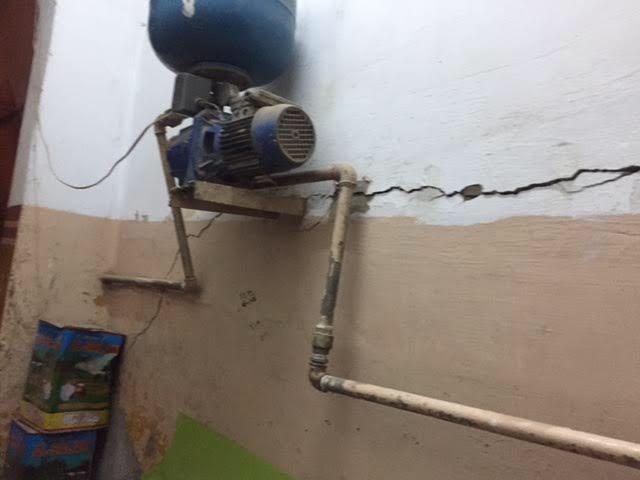 الشروخ تهدد بانهيار المنزل