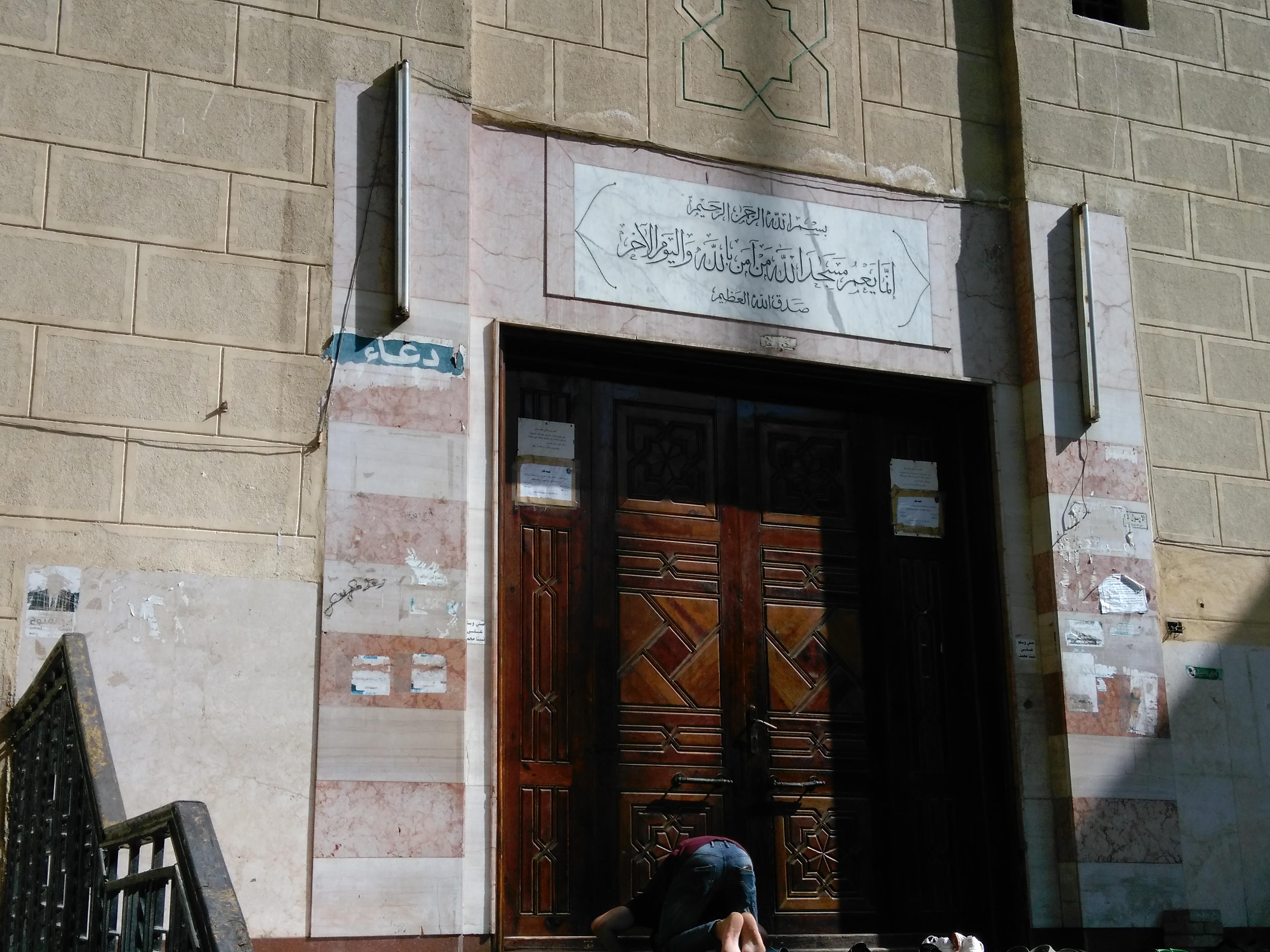 احد المساجد بجامعة عين شمس مغلق بعد صلاة العصر