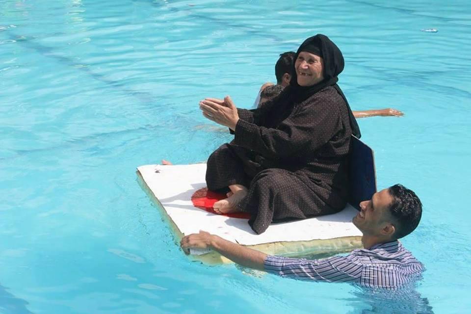 يوم ترفيهى لمرضى ومسنين على حمام السباحة (1)