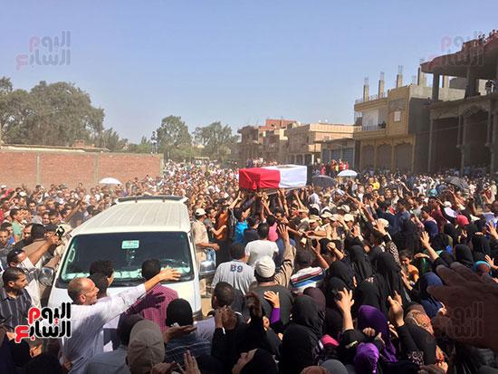 الآلاف اثناء تشييع جنازة الشهيد بالحامول بكفر الشيخ