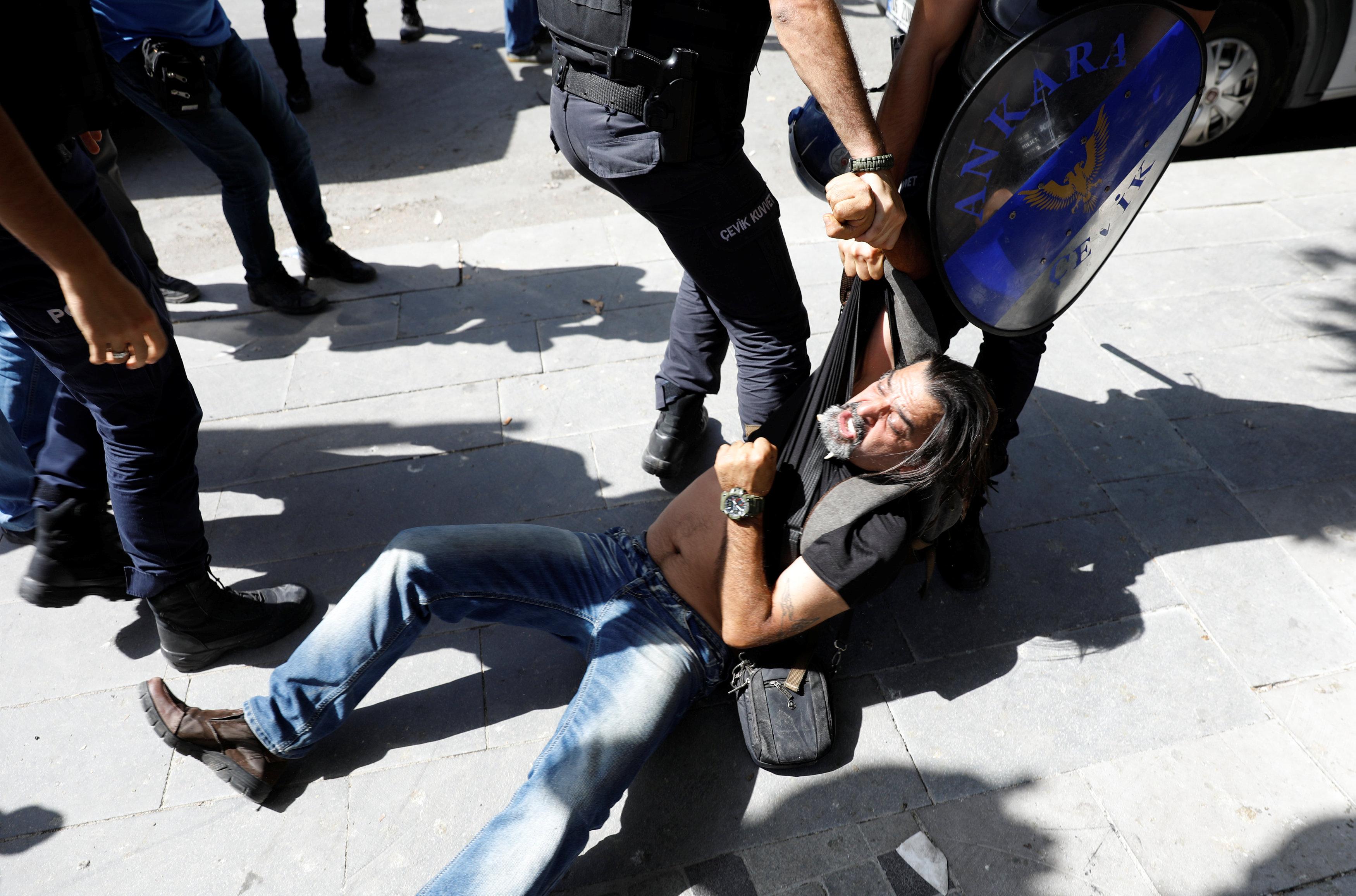 سحل أحد المتظاهرين