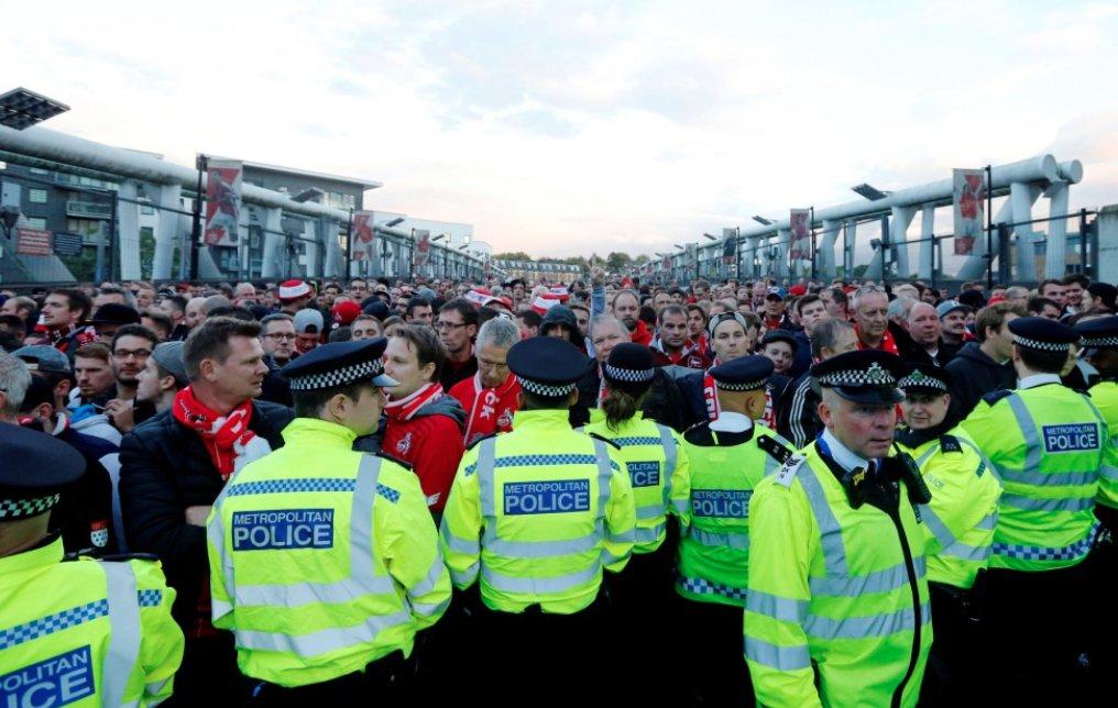 جماهير أرسنال تحتشد أمام ملعب الإمارات
