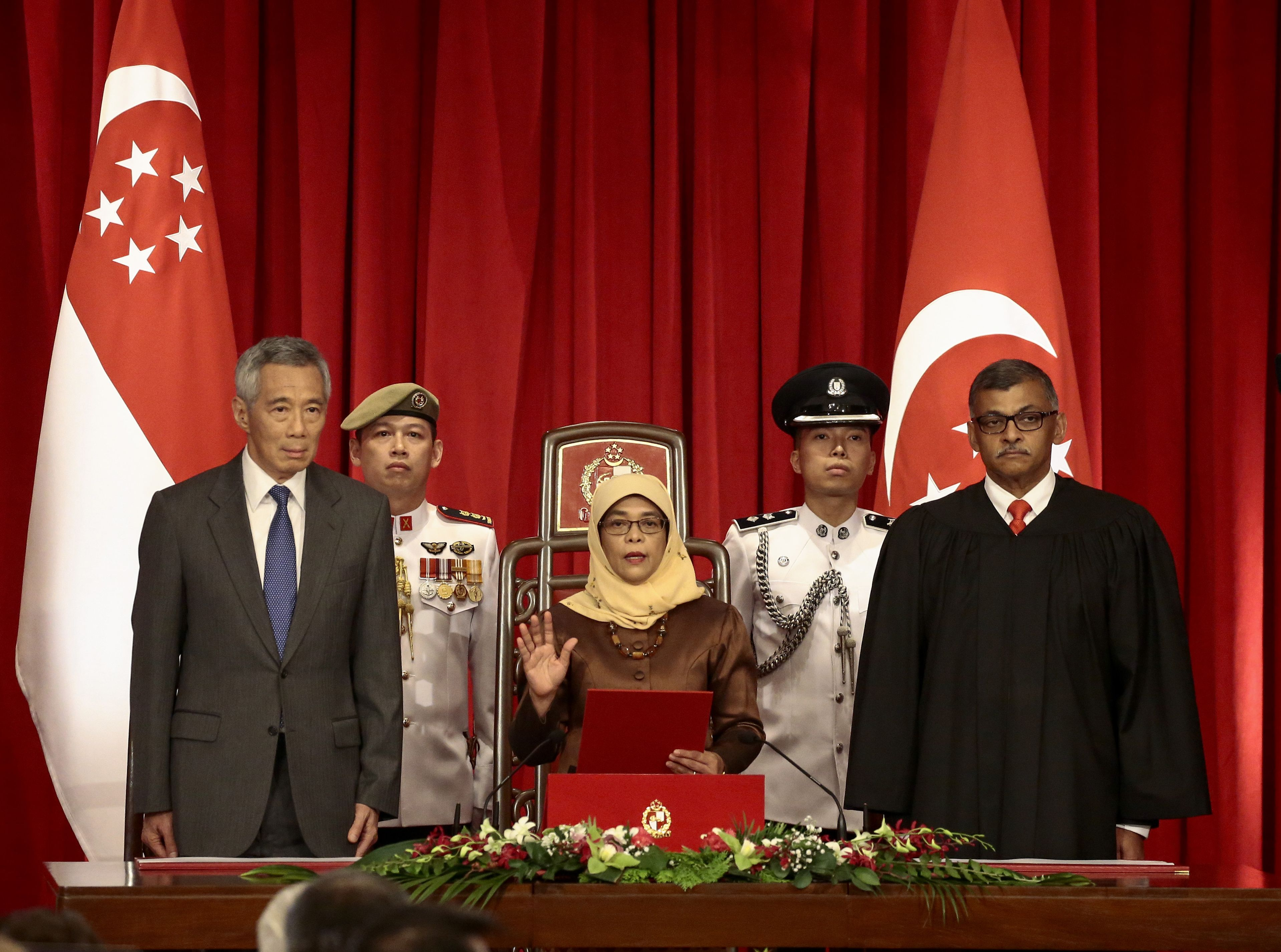 1215308-مراسم-تنصيب-أول-امرأة-مسلمة-لرئاسة-سنغافورة