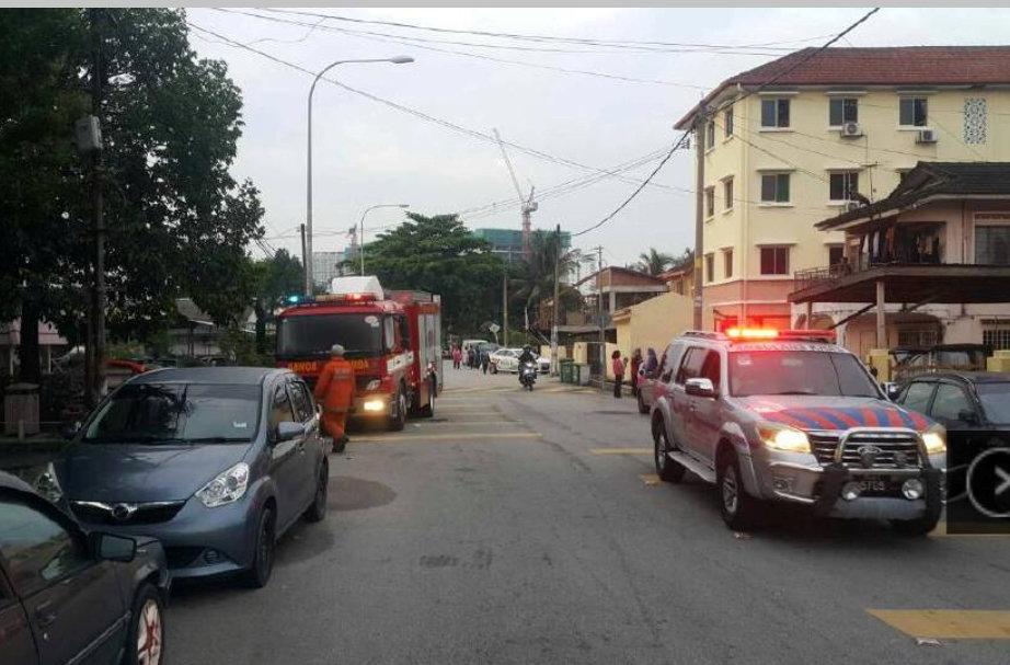 وصول سيارات الشرطة والمطافى بموقع الحادث