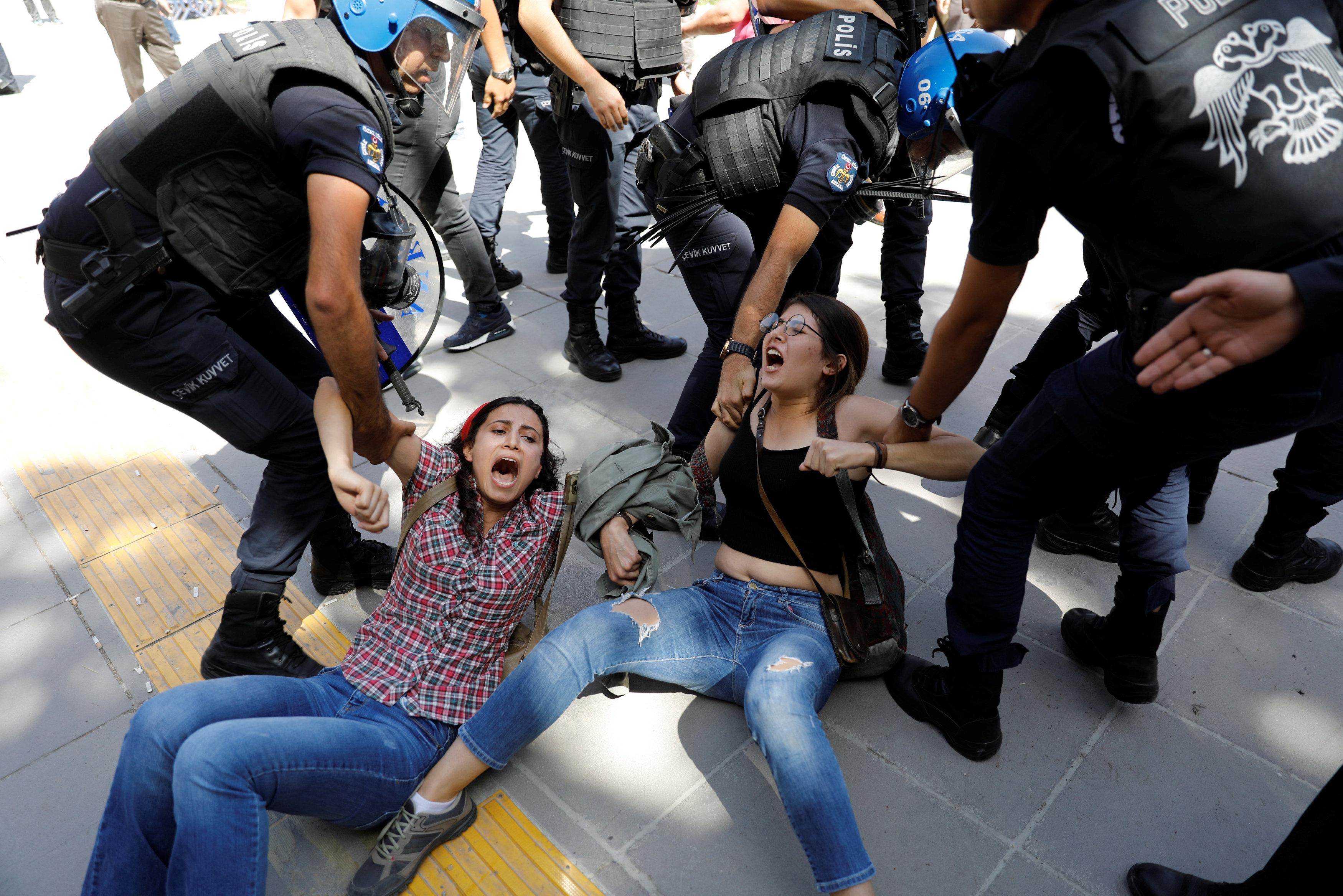 شرطة أردوغان تسحل وتعتقل متظاهرين معارضين أمام محكمة بأنقرة
