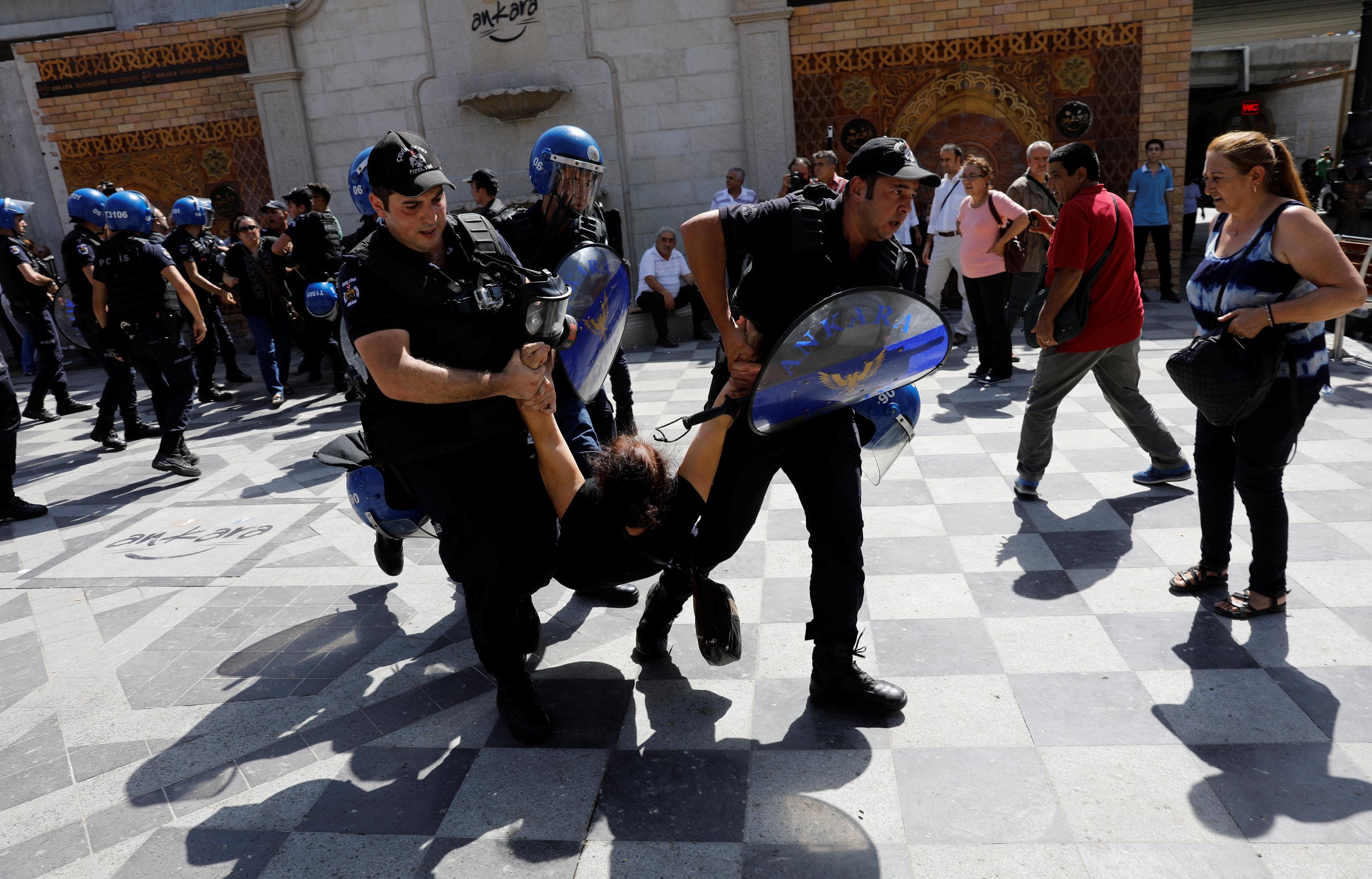 الشرطة التركية تضرب متظاهر