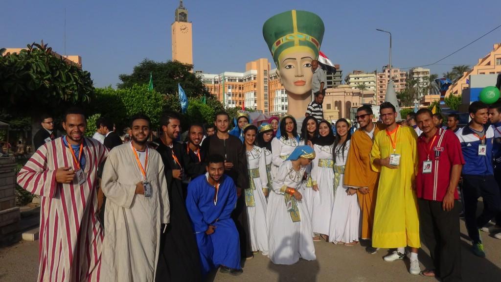 رأس نيفرتيتى مع الشباب بالزى الفرعونى