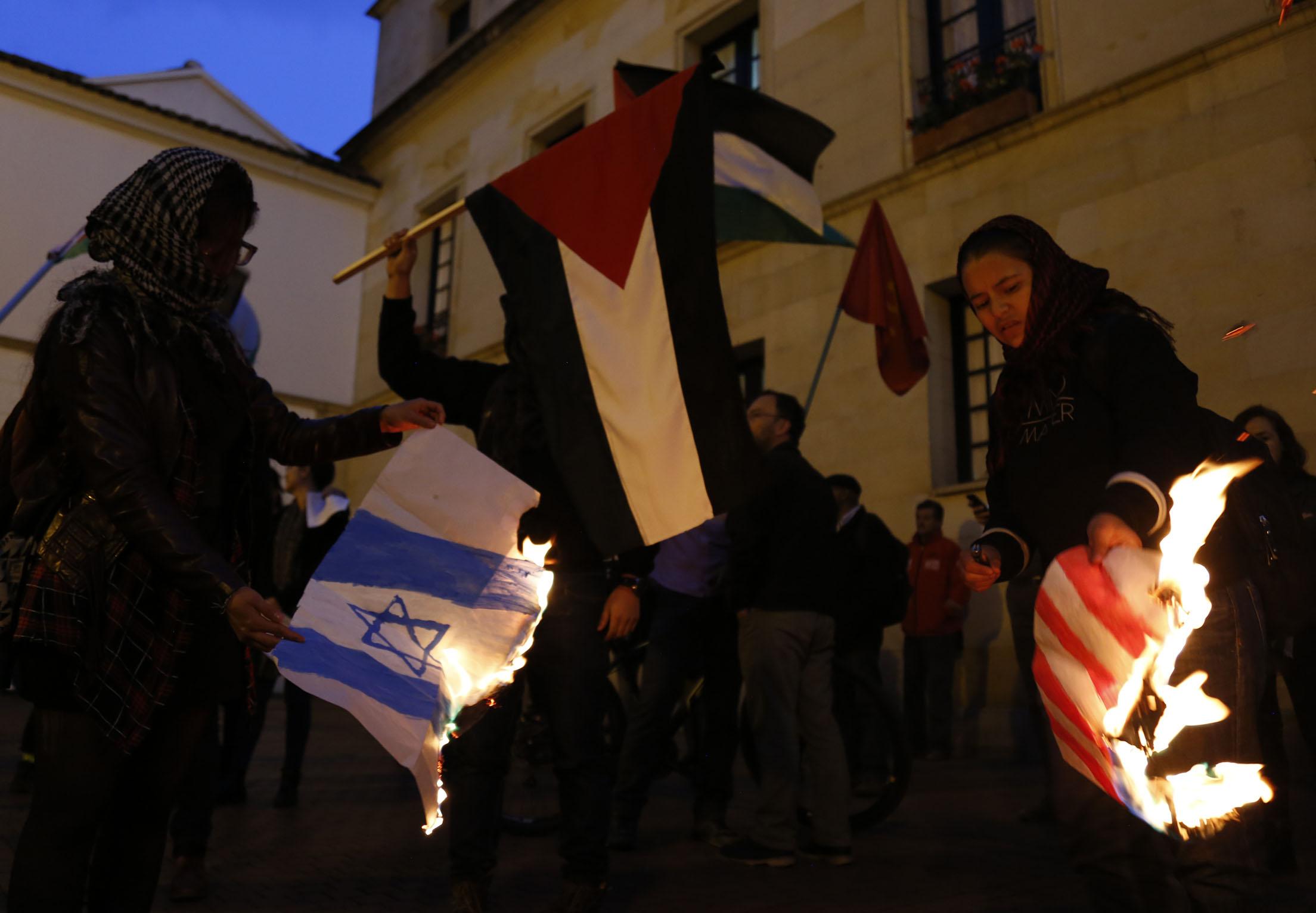 اشعال النار فى العلم الاسرائيلى والامريكي