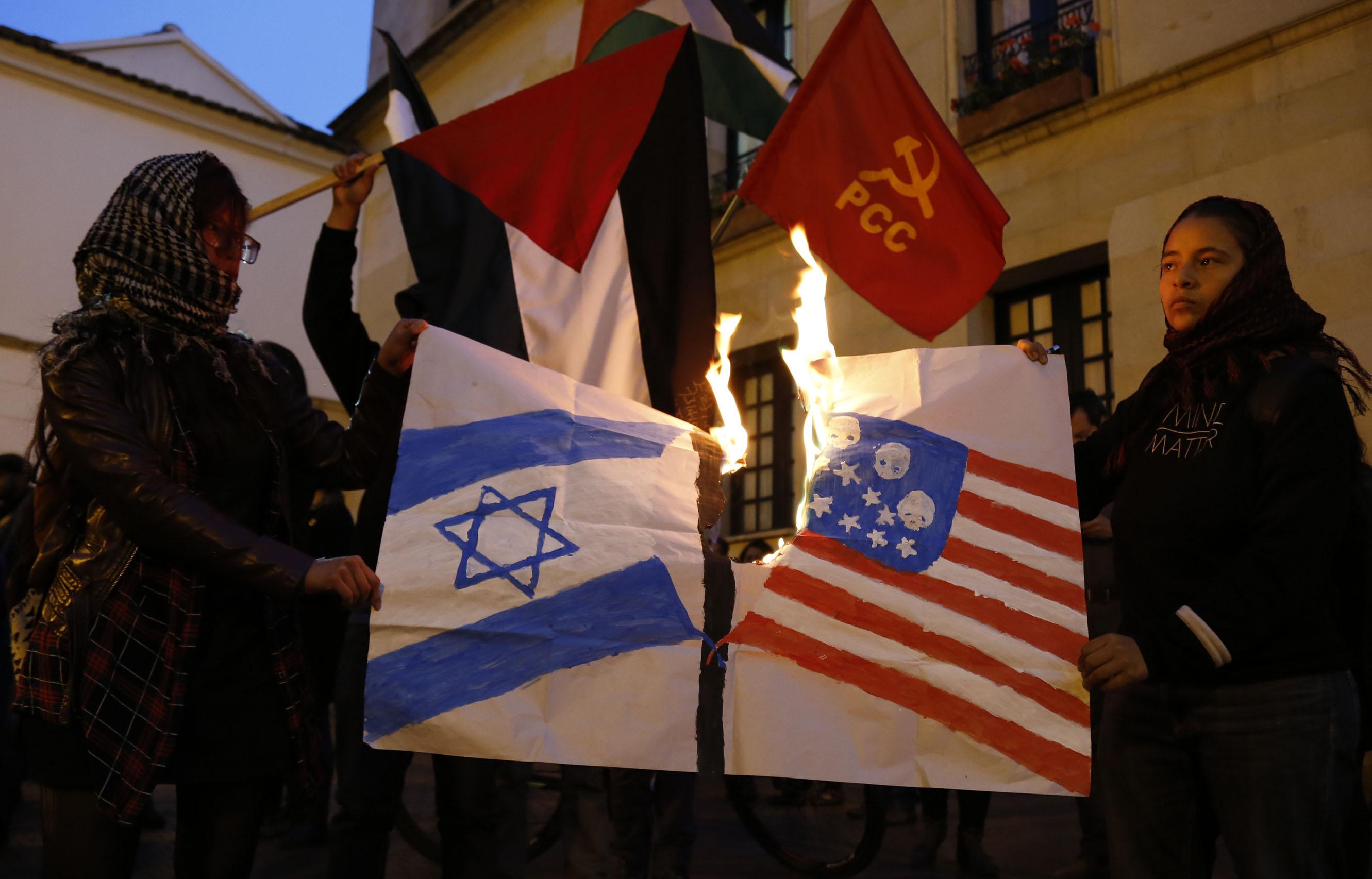 المحتجون يشعلون النار فى العلم الاسرائيلى والامريكي
