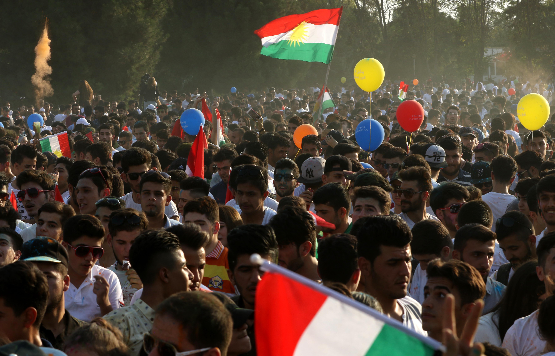 العراقيون الأكراد يرفعون الأعلام الكردية