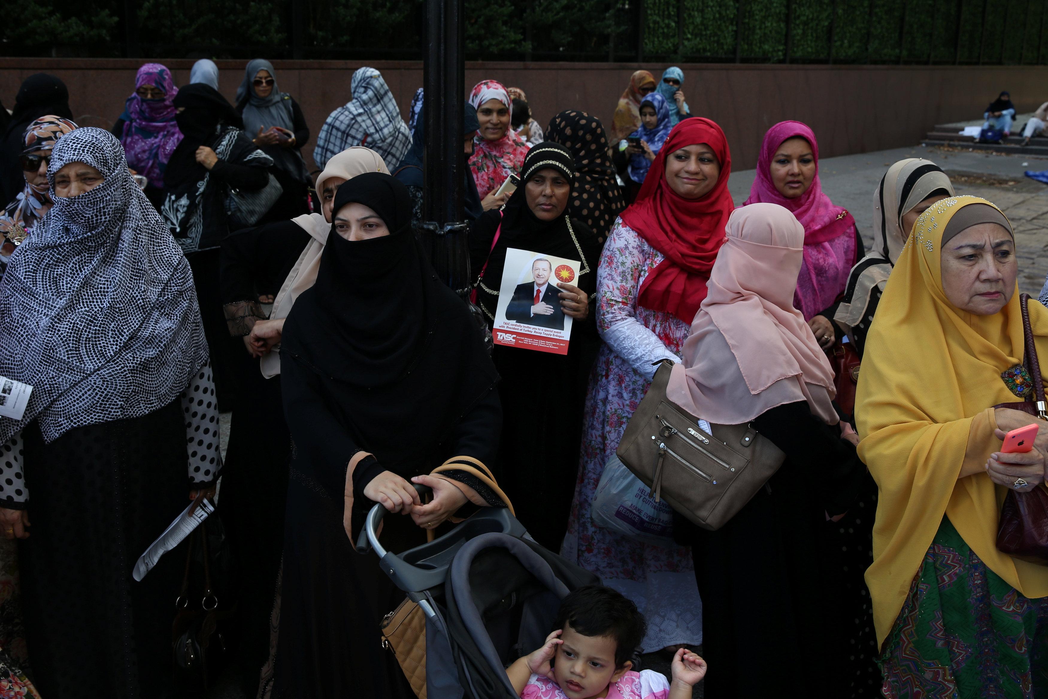 سيدات تشاركن فى مظاهرة للمطالبة بوقف قتل الروهينجا