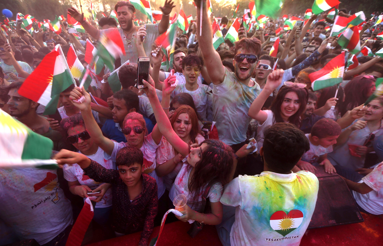 رفع الأعلام الكردية