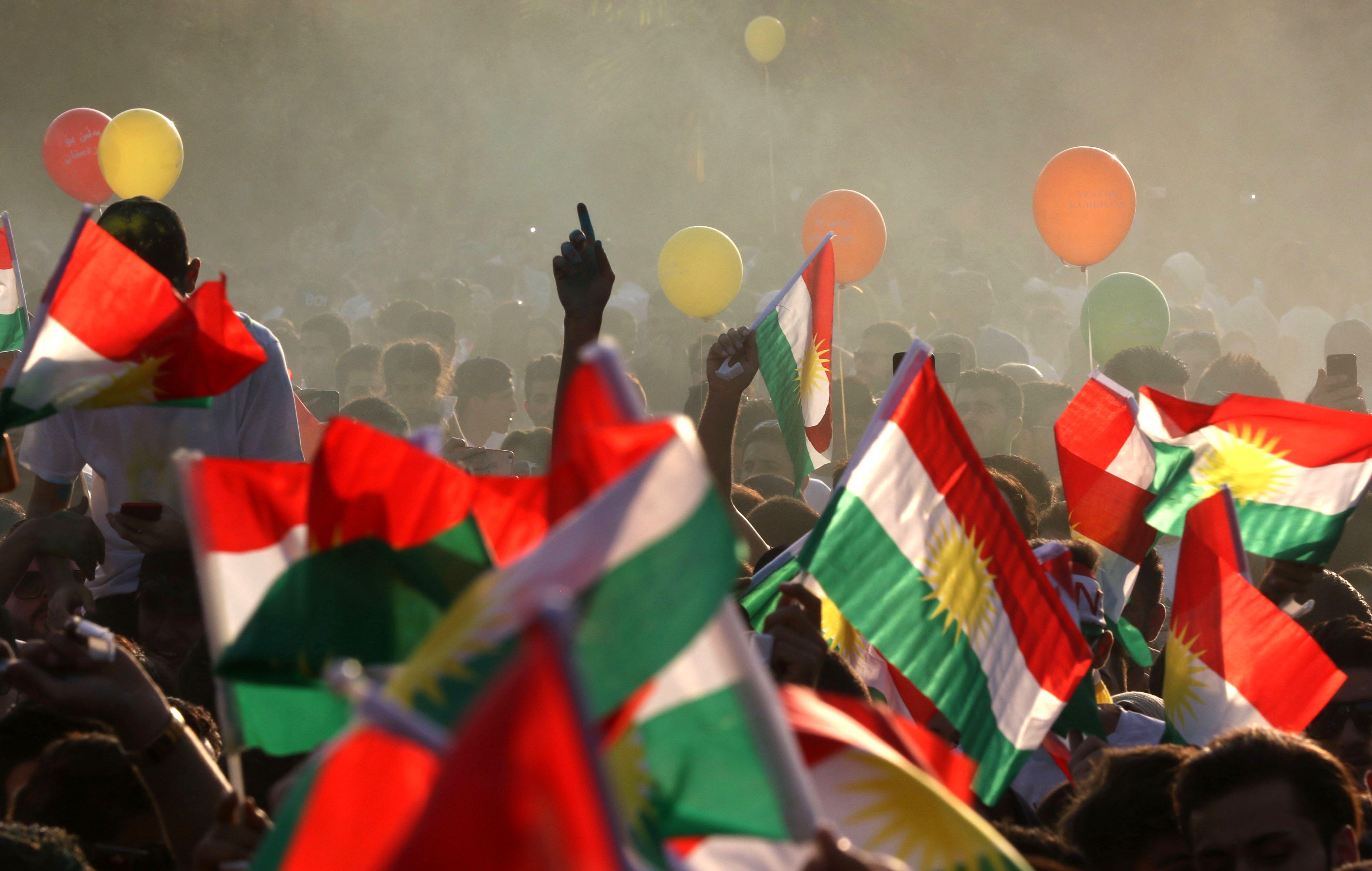 أكراد العراق يرفعون الاعلام الكردية