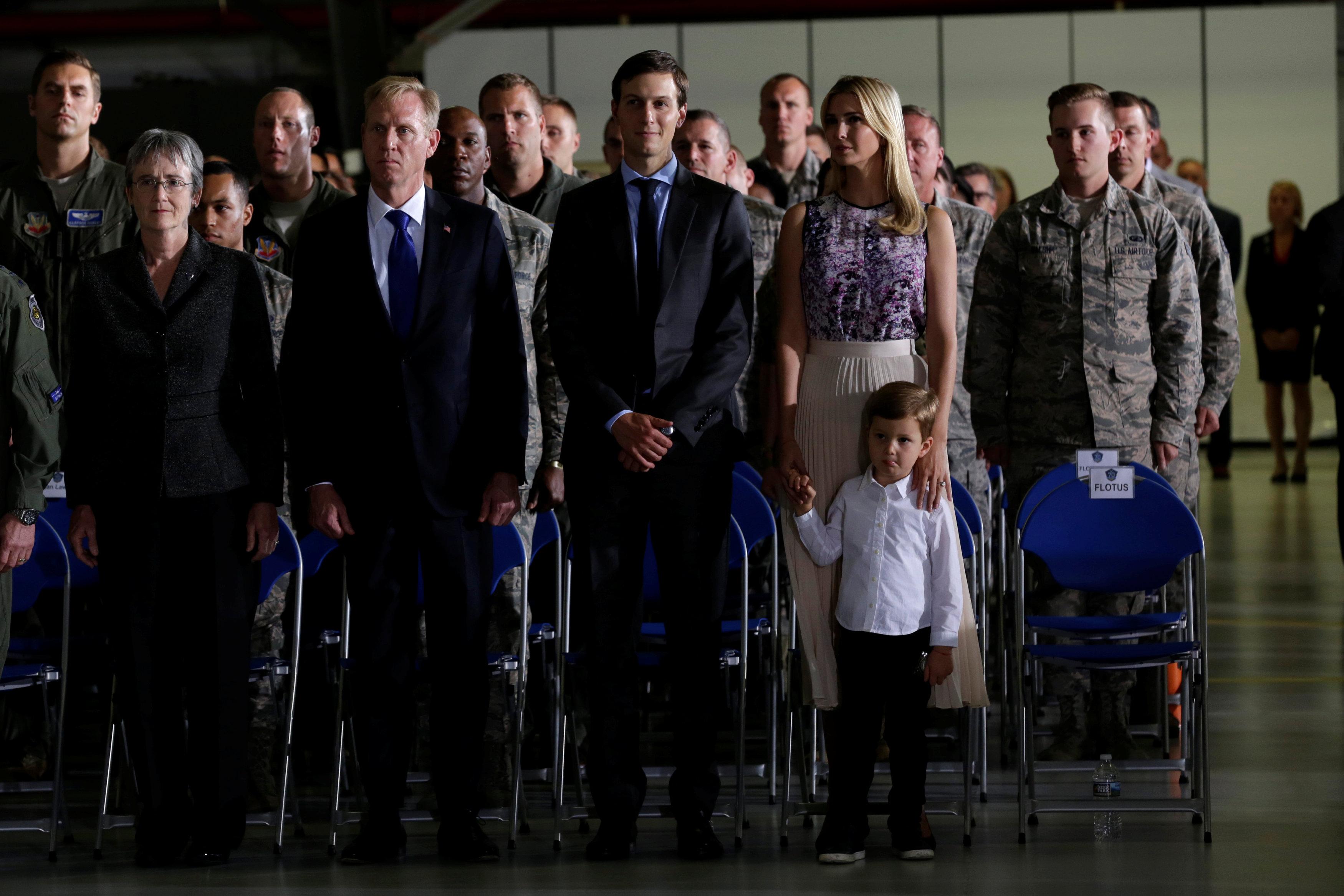 ايفانكا وكوشنر خلال زيارة القاعدة الجوية