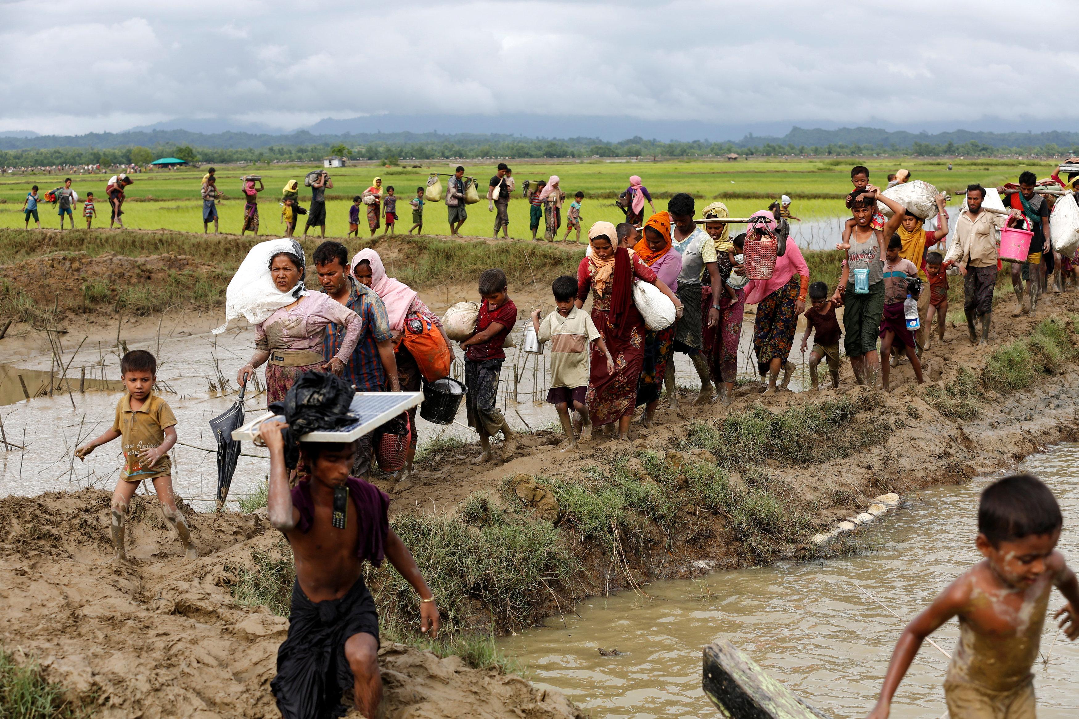 الآف الروهينجا يفرون إلى بنجلاديش