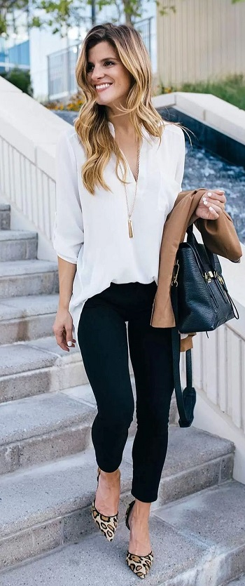 بنطلون جينز مع بلوزة بيضاء بسيطة