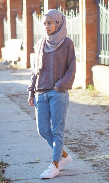 ازياء محجبات ـ  جينز مع سويت شيرت بسيط