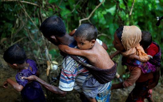 أسرة من الروهينجا تفر باتجاه بنجلادش