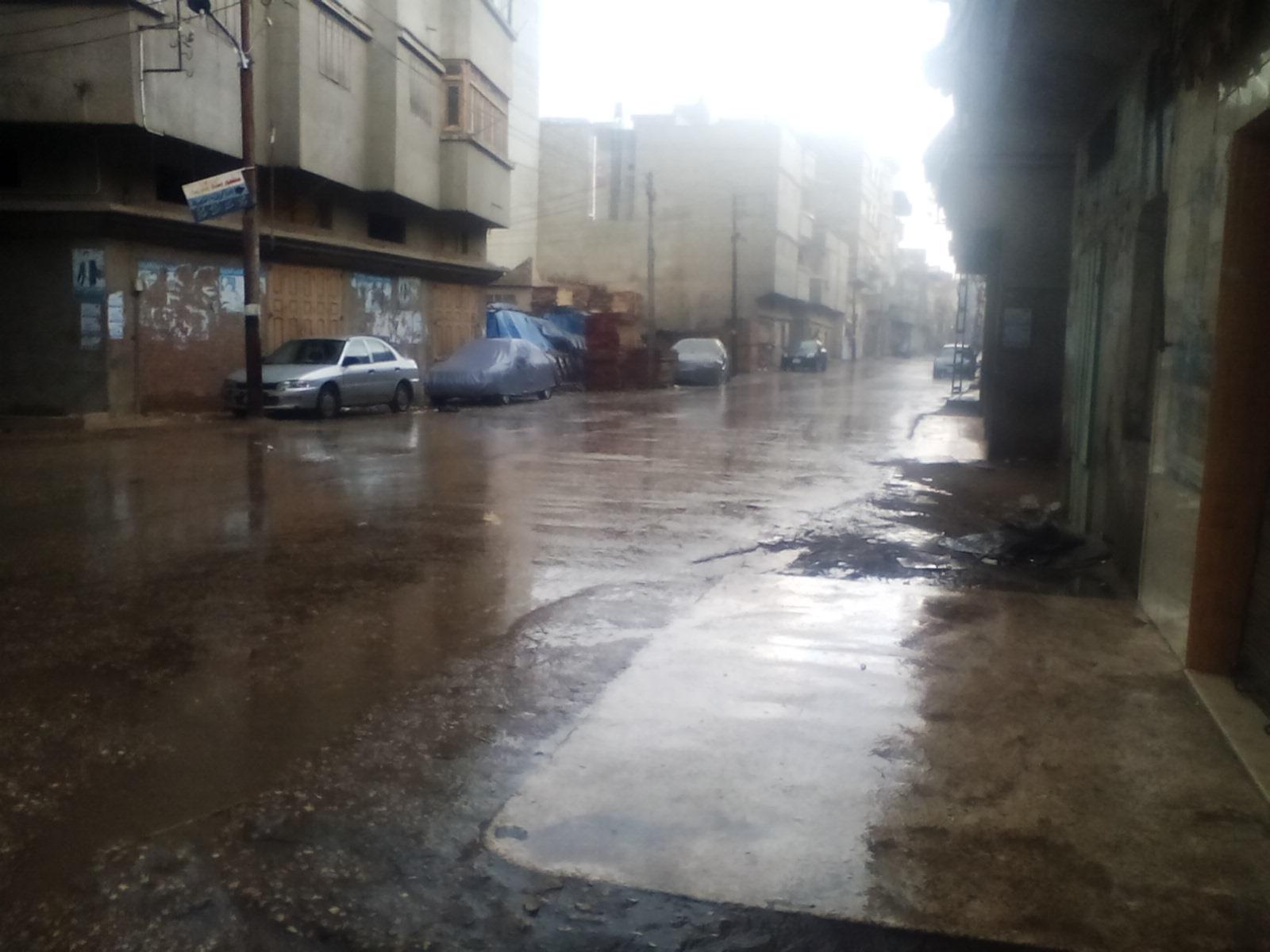 سقوط الامطار بالشوارع