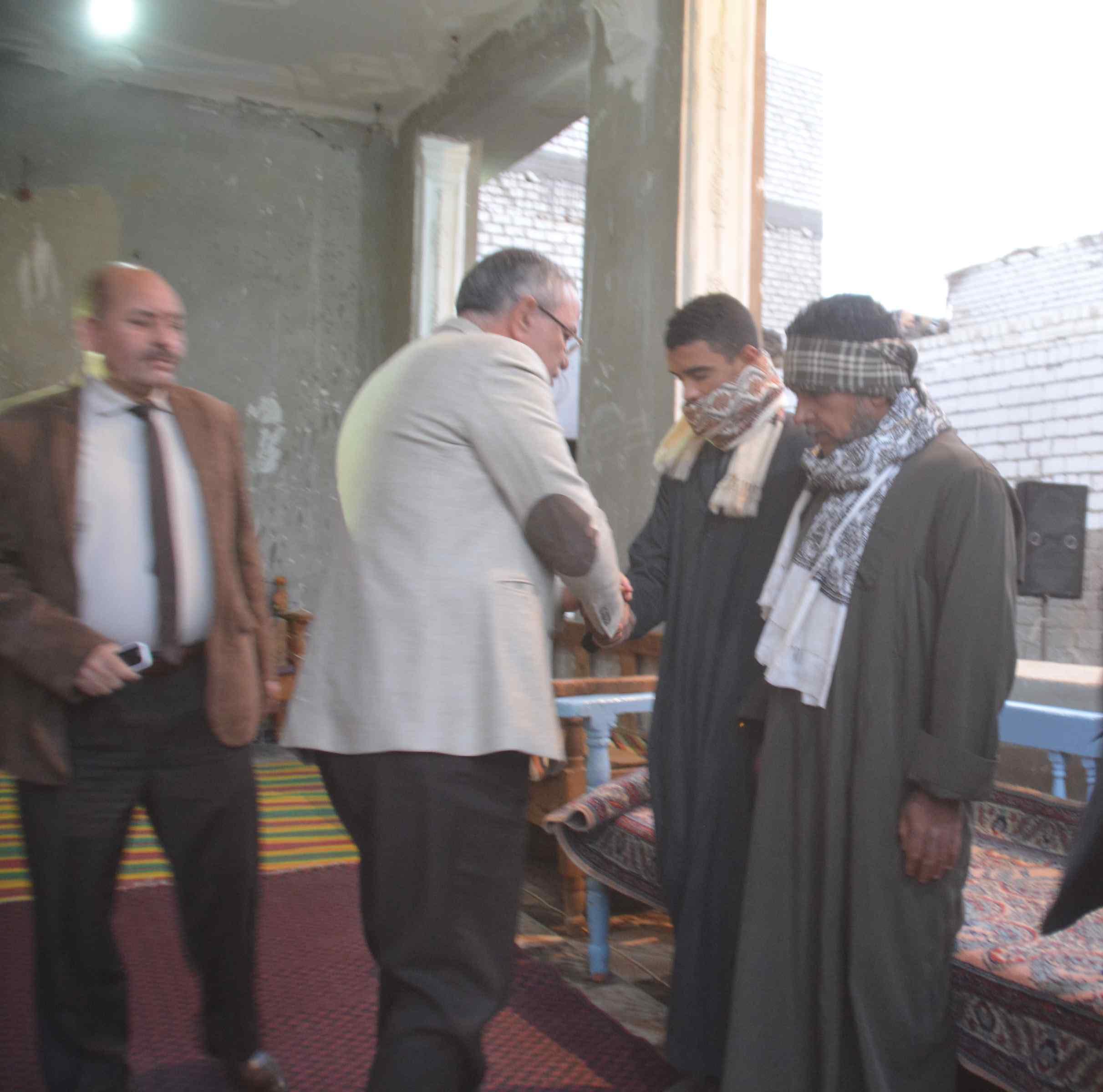 محافظ المنيا يقدم واجب العزاء لأسرة الشهيد إسلام مصطفى (2)