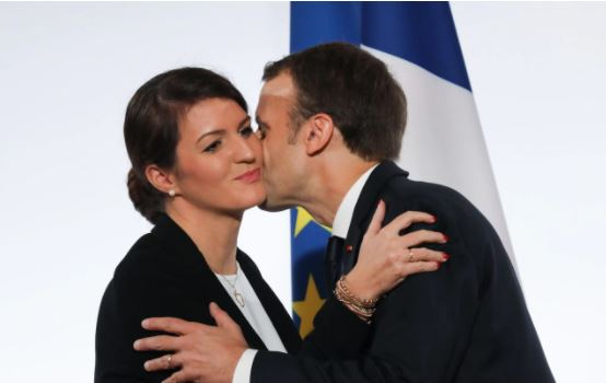 الرئيس الفرنسى أثناء تحية وزيرة شئون المساواة بين الجنسين