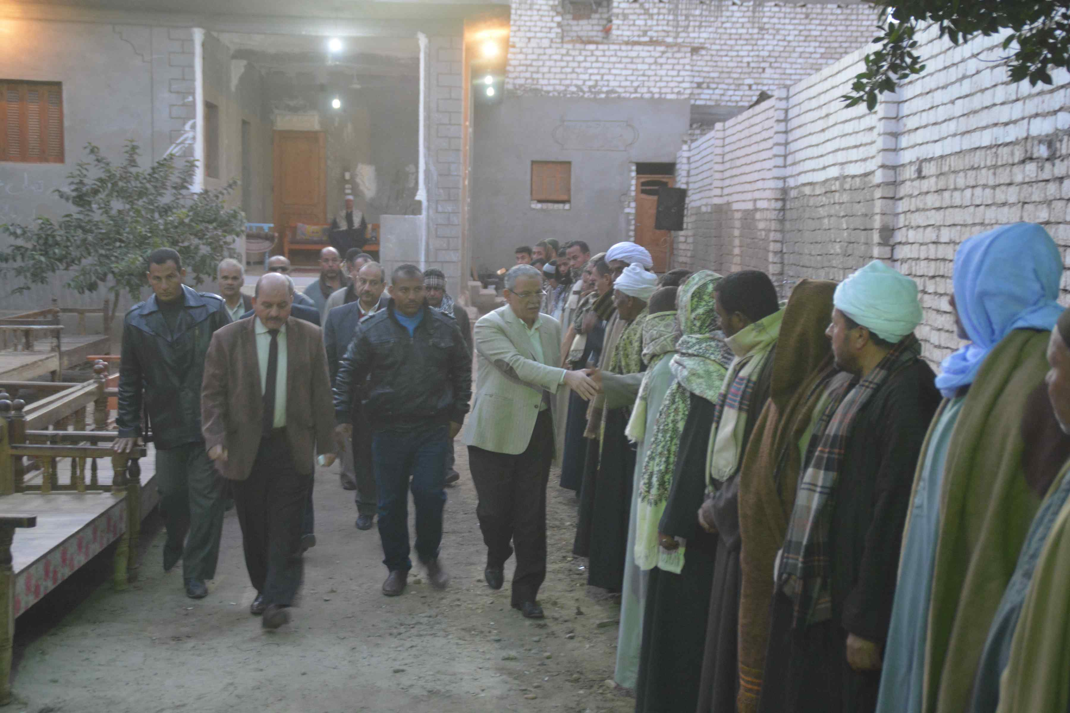 محافظ المنيا يقدم واجب العزاء لأسرة الشهيد إسلام مصطفى (3)