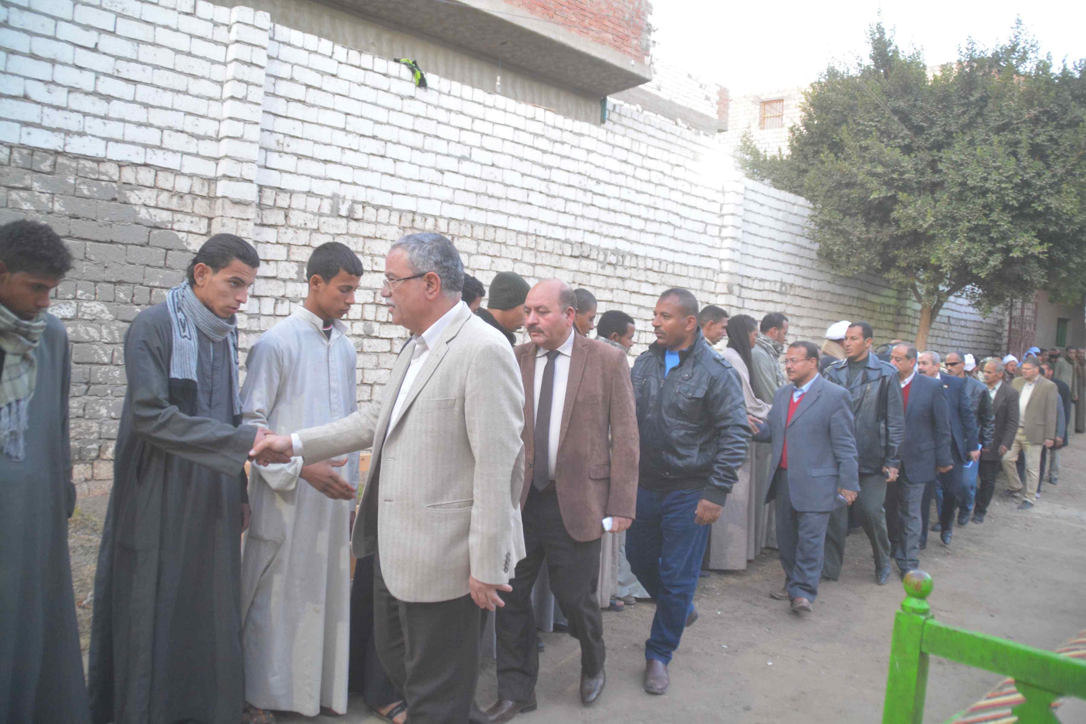 محافظ المنيا يقدم واجب العزاء لأسرة الشهيد إسلام مصطفى (1)