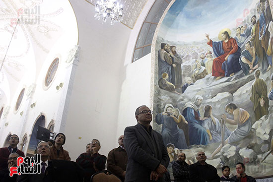 الآلاف يؤدون صلاة قداس رأس السنة بكنائس الإسماعيلية (6)
