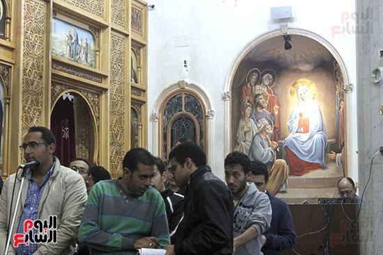 الآلاف يؤدون صلاة قداس رأس السنة بكنائس الإسماعيلية (5)