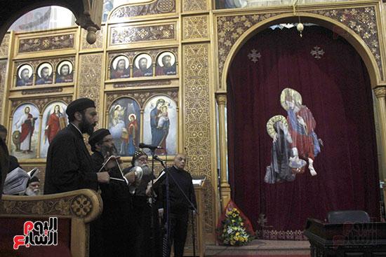 الآلاف يؤدون صلاة قداس رأس السنة بكنائس الإسماعيلية (1)