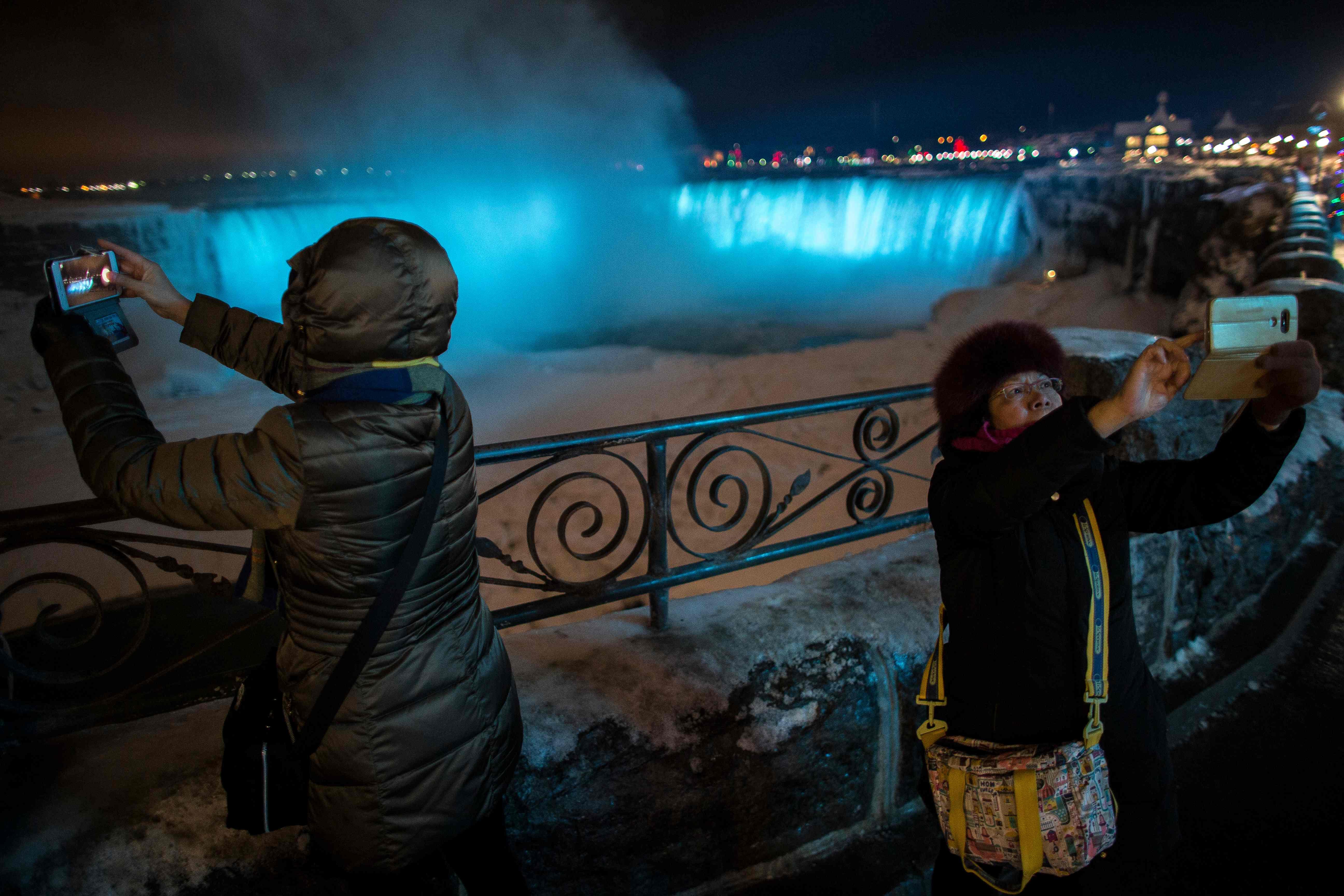 السياح يتوافدون على شلالات نياجرا المتجمدة