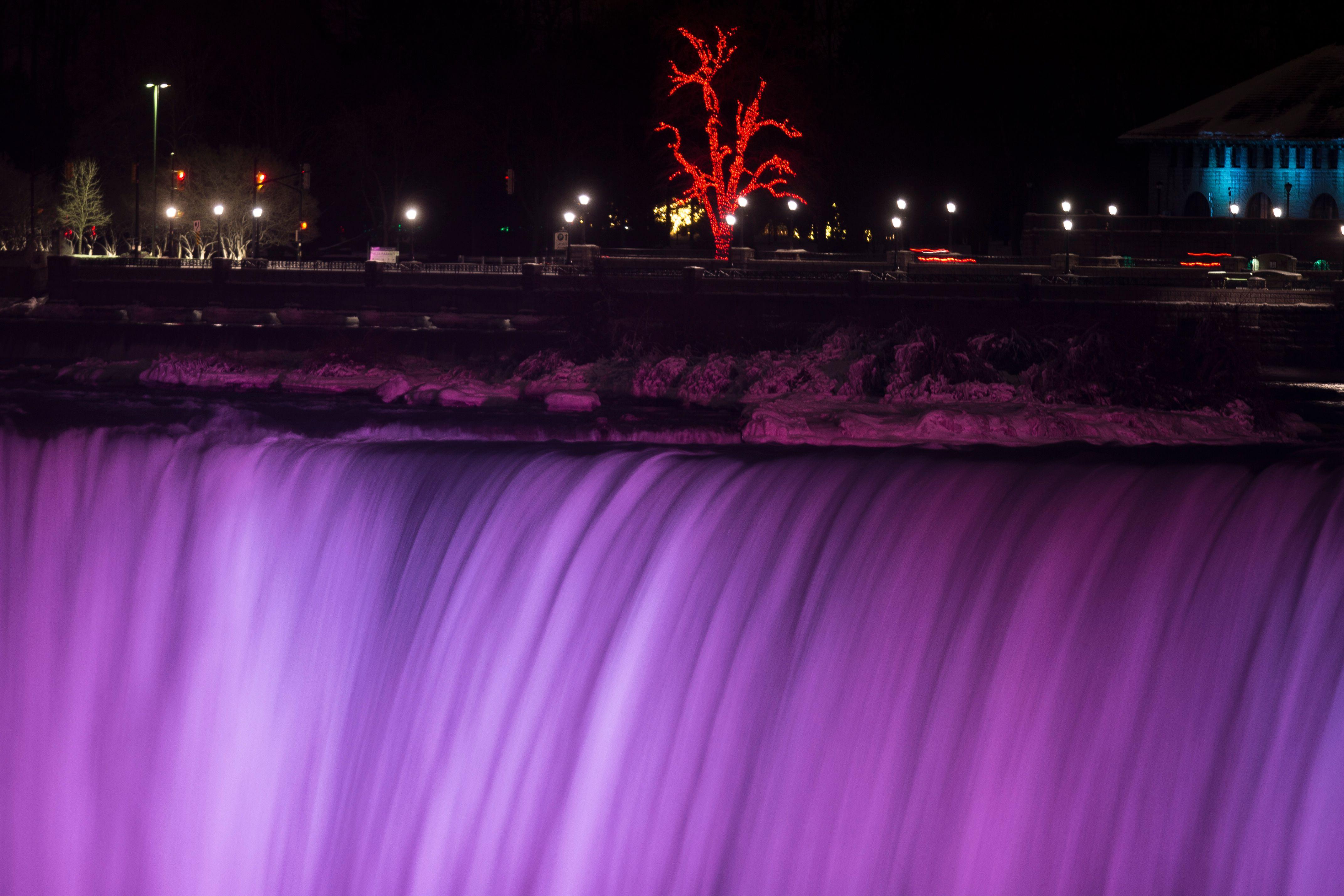 الأضواء تنير شلالات نياجرا بين الولايات المتحدة وكندا