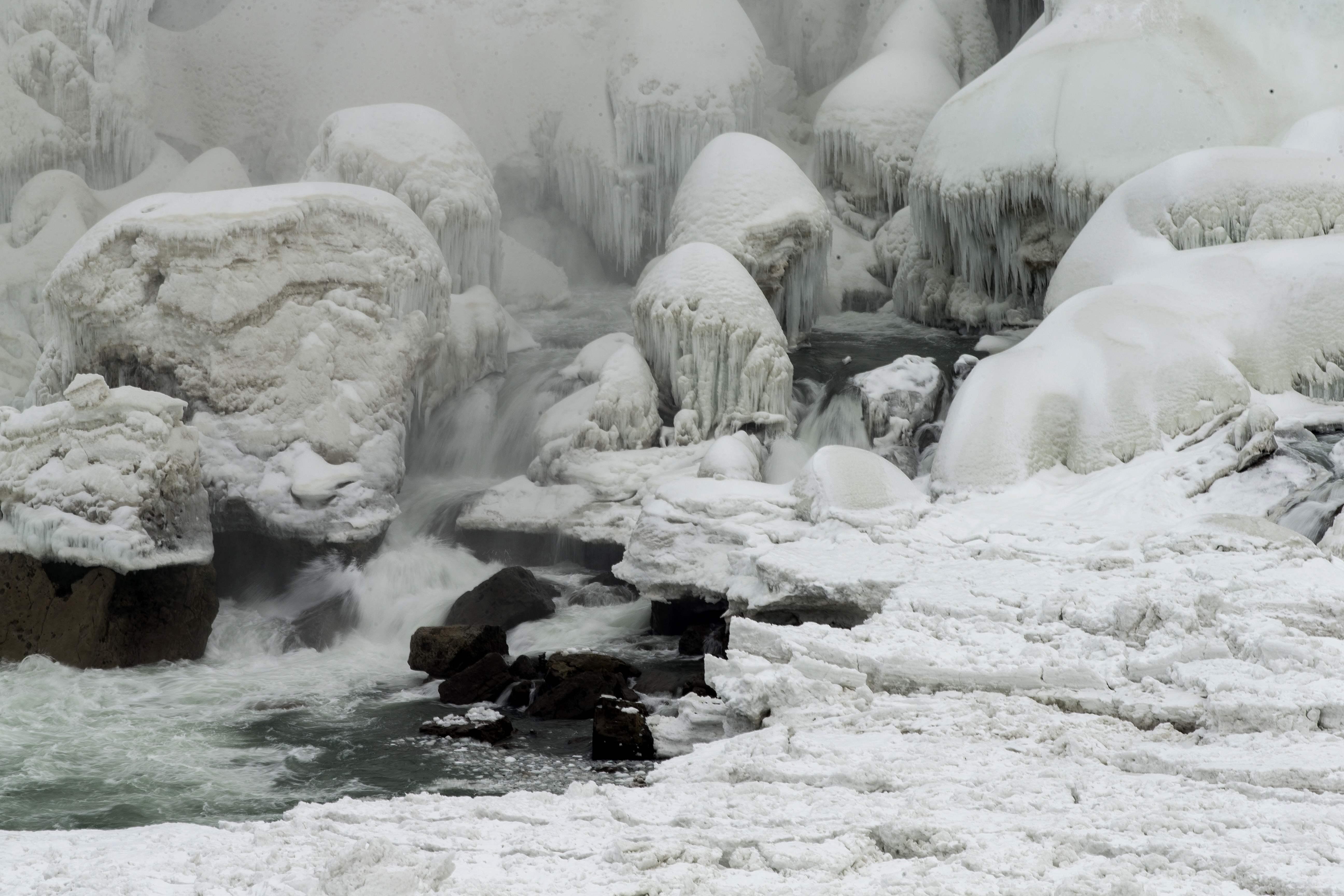 الجليد يكسو مياه شلالات نياجرا