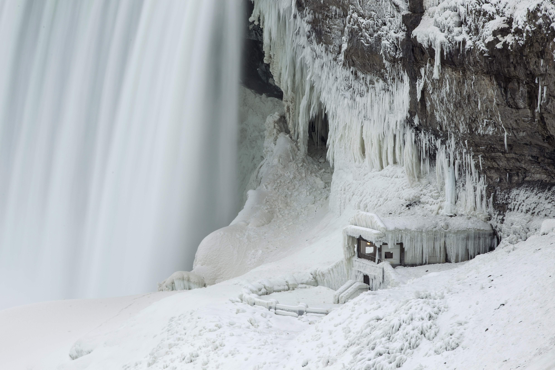 الجليد يكسو جبال نياجرا