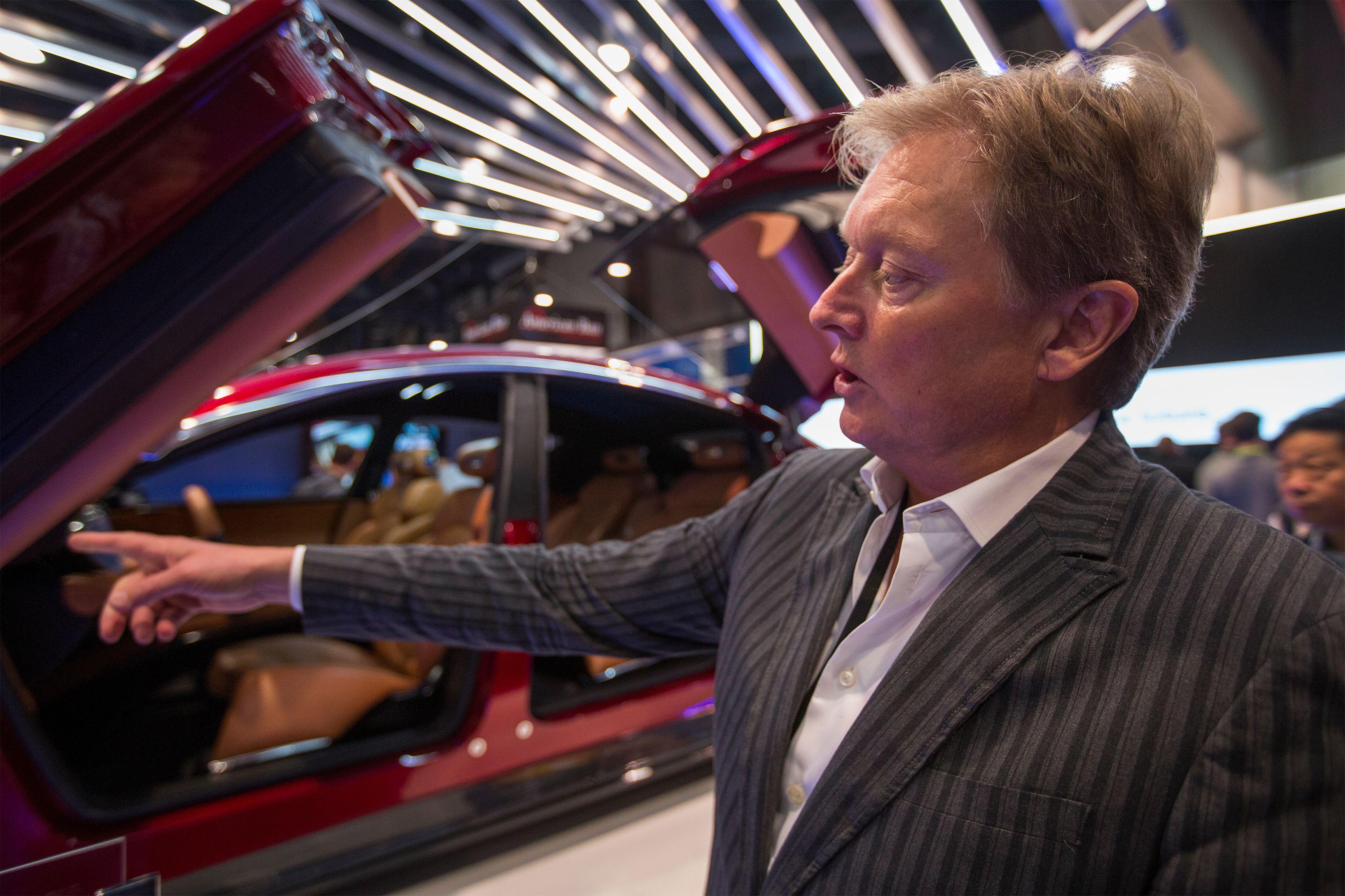 أحد المشاركين فى المعرض يشرح طريقة تطوير سيارة
