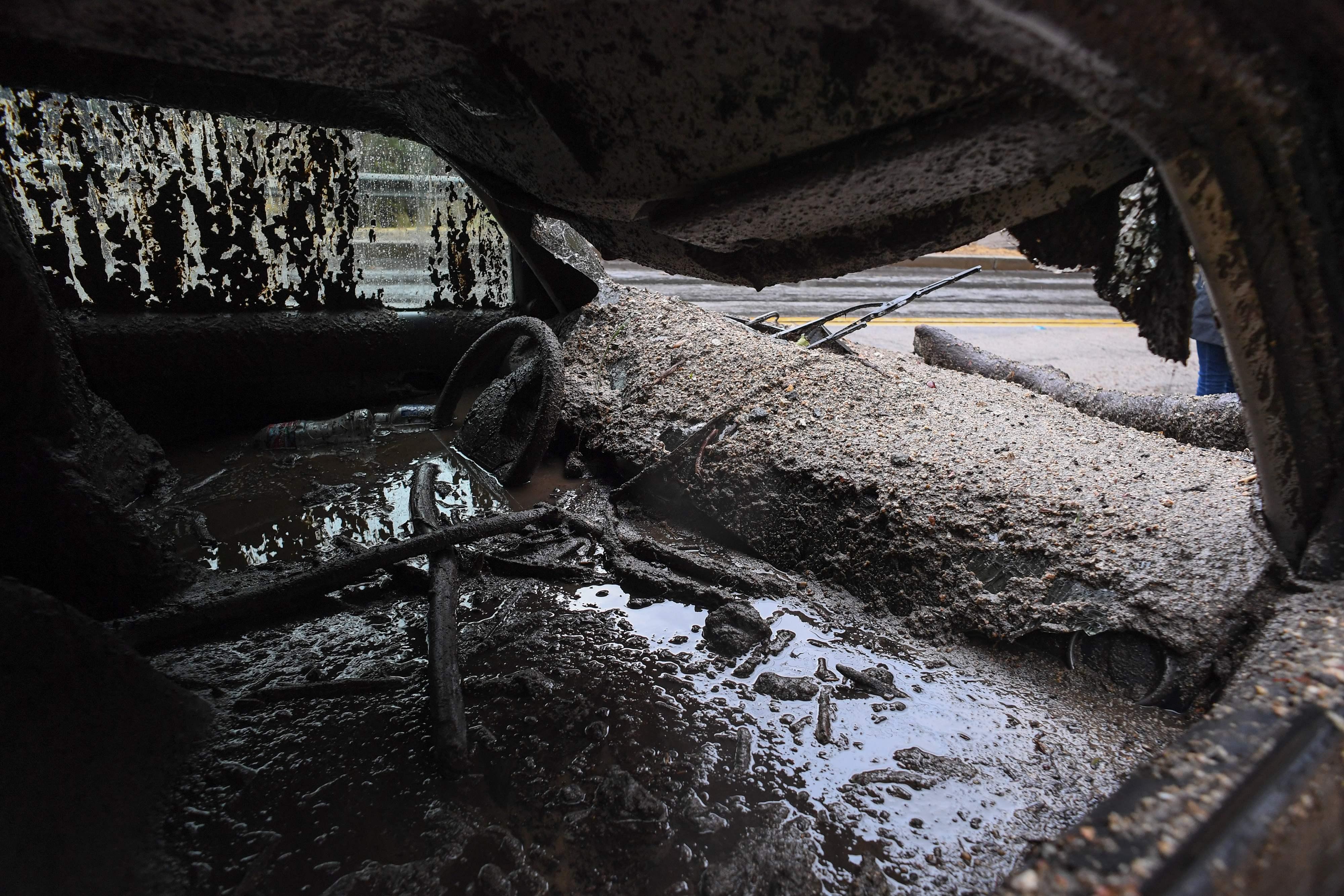 الطين والمياه تدخل سيارة فى كاليفورنيا