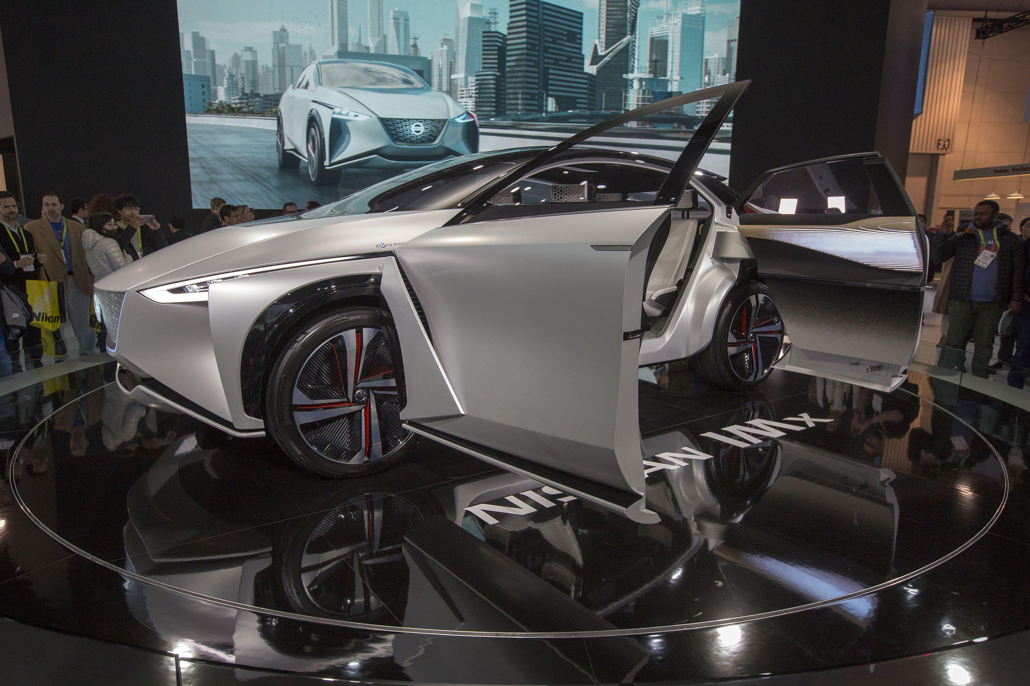 سيارة متطورة فى المعرض