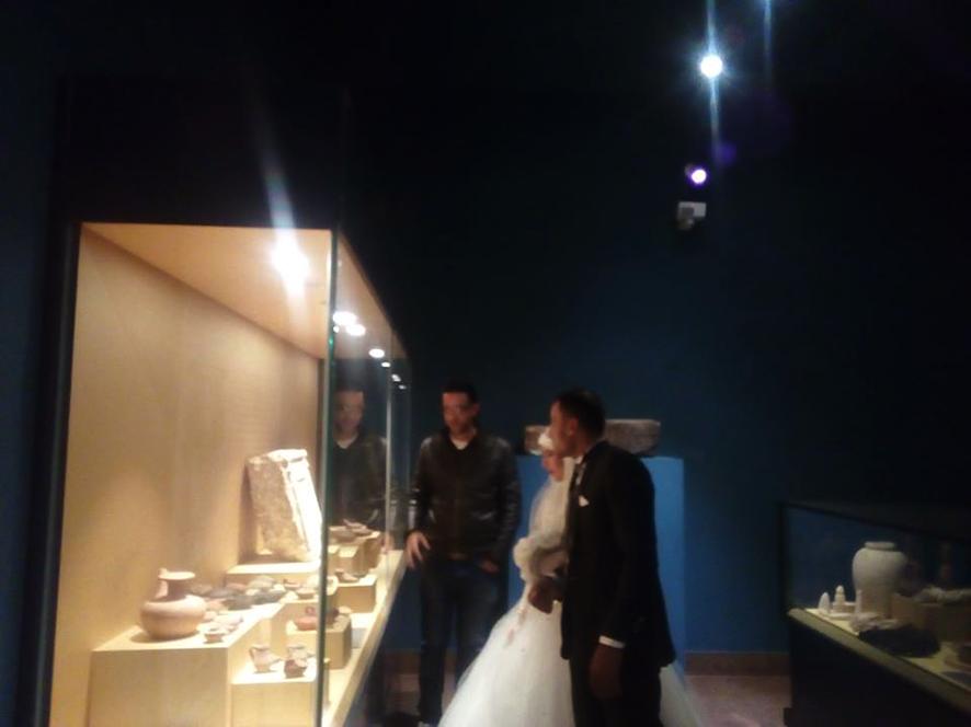 احتفال عرائس وعرسان بزفافهم داخل متحف ملوى (3)