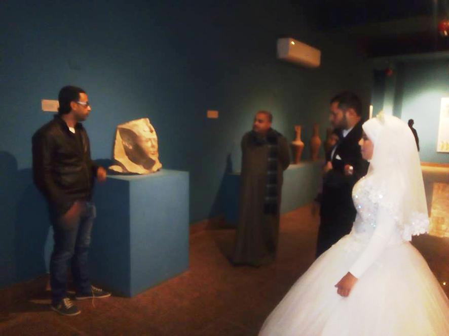 احتفال عرائس وعرسان بزفافهم داخل متحف ملوى (7)