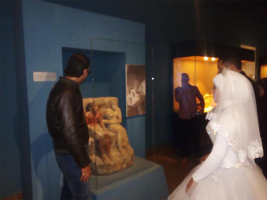 احتفال عرائس وعرسان بزفافهم داخل متحف ملوى (2)