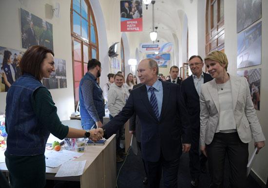بوتين يزور مقر الحملة