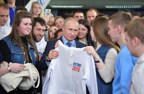 تيشيرتات لدعم بوتين فى انتخابات الرئاسة