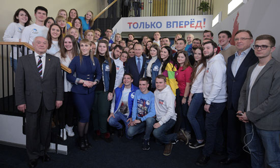 بوتين وسط أعضاء الحملة